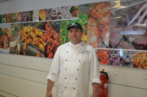 Burkhard Lühr ist stellvertretender Leiter der Küche und ruft dazu auf das vegetarische Essen einfach mal zu probieren. Er empfindet die Resonanz zum Greenday als vorwiegend positiv.