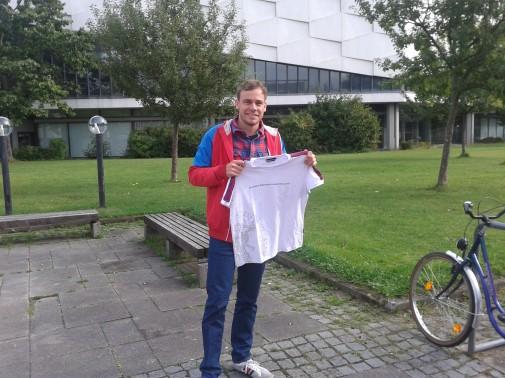 Wettbewerbsgewinner Florian Scheske (28) mit einem der alten Uni T-Shirts. Mit etwas Glück kann er bald eins der von ihm designten T-Shirt in den Händen halten.