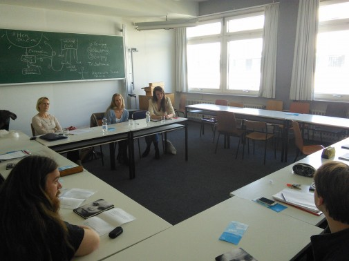 Die Autorin (hinten rechts), ihre Verlagsredakteurin und Norwegisch Lektorin Turid Frydenlund im Gespräch mit den Studenten (Foto: Benjamin Kindler)
