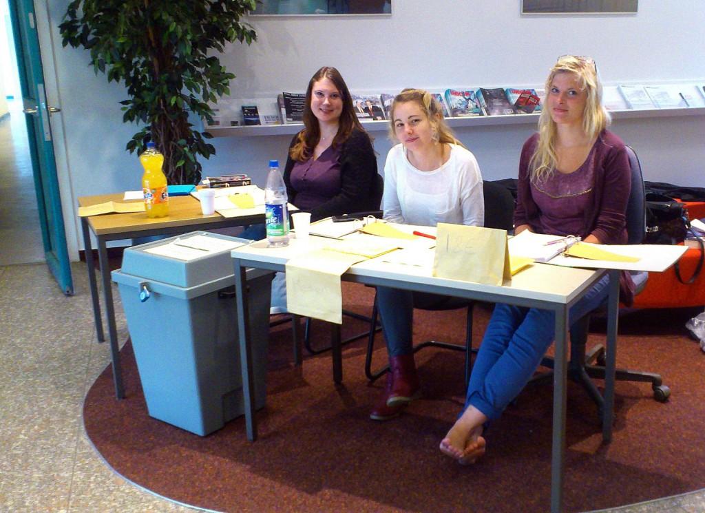 Für die ehrenamtlichen Wahlhelferinnen Magdalena Müller-Schloer, Leonie Svensson und Henrike Schmidt (v.l.n.r., alle Fachbereich Soziale Arbeit und Gesundheit) ist es selbstverständlich, Gebrauch von seinem Wahlrecht zu machen.