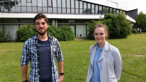 Marc Fricke (links) und Sophia Schiebe (rechts) vor dem Senatssaal der Universität Kiel. Sie hoffen auf baldige Veränderungen.