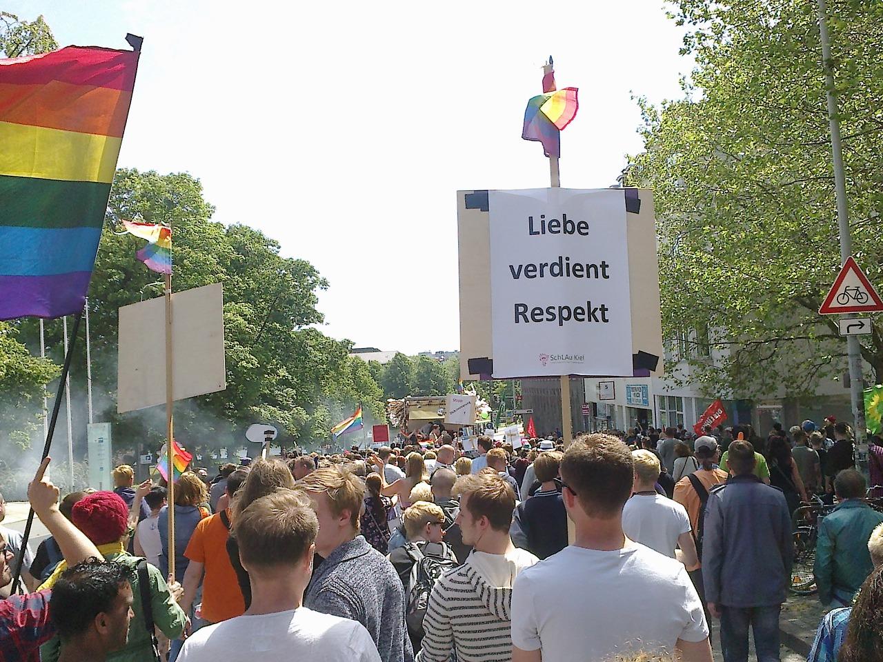 Auf dem Christopher Street Day 2014 in Kiel. Im Rahmen des CSD wurden vom AStA in Kooperation mit der queer students group (qsg) Kiel die Queeren Themenwochen ins Leben gerufen.