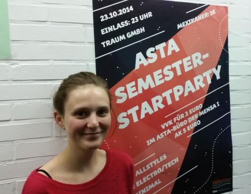 Vorstandsmitglied Sophia Schiebe lädt zur bevorstehenden AStA-Semesterstarparty ein.