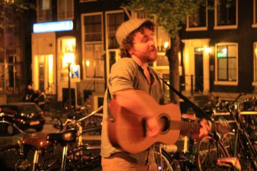 Zwischen Rotlichtdistrikt und Coffeeshops dieser talentierte Straßenmusiker