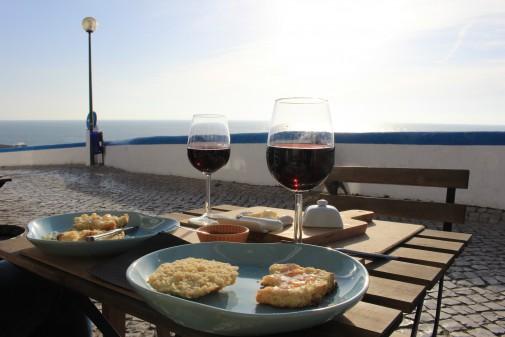 Guter Rotwein und Scones mit Blick aufs Meer