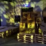 Paletten und Kartons sorgten für Fabrikatmosphäre (Foto: Marie Kapust)