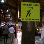 Hinweisschilder in der Fabrikhalle (Foto: Marie Kapust)