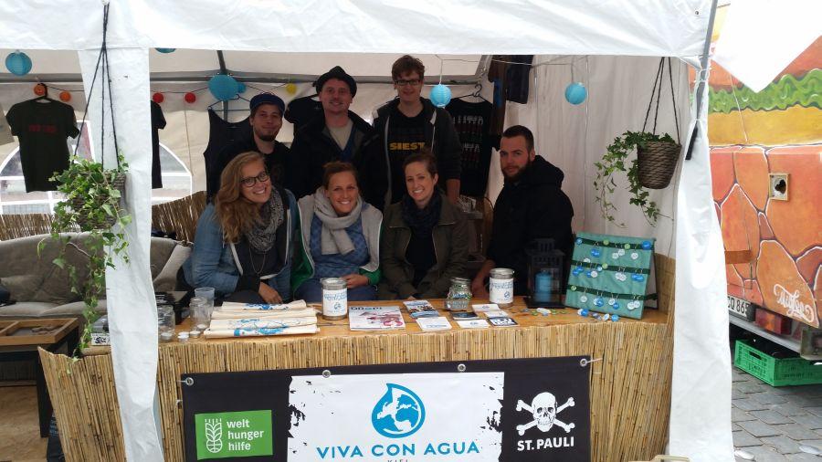Viva con Agua Kiel mit ihrem Stand auf dem MUDDI Markt. Foto Patrick Mühlmeister