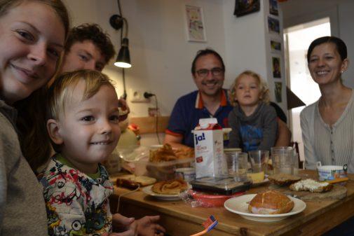Heike, Luis (3), Silvia und Etienne (2) zu Gast in der WG von Ava und Paddy.