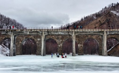 Im März war der Baikalsee gefroren und wir konnten ihn auf einer Wanderung überqueren.