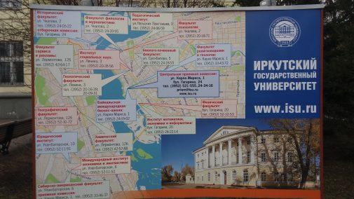 Eine Karte am Hauptgebäude zeigt die Standorte aller Fakultäten der Universität auf.