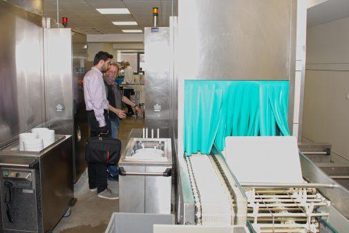 Nach der richtigen Aufteilung wird das Geschirr gewaschen und für den nächsten Gast bereitgestellt. ©Renko Buß