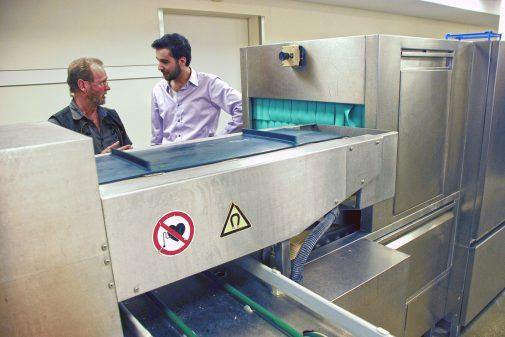 Das Tablettband führt in die Spülküche, wo Besteck vom Geschirr mittels Magneten getrennt wird.