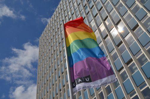 Ein Zeichen gegen Homo- und Transphobie: Die Regenbogenflagge auf dem Campus der CAU. Foto/Copyright: Raissa Nickel, CAU.