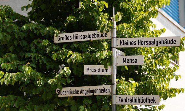 Wegweiser der Fachhochschule Kiel